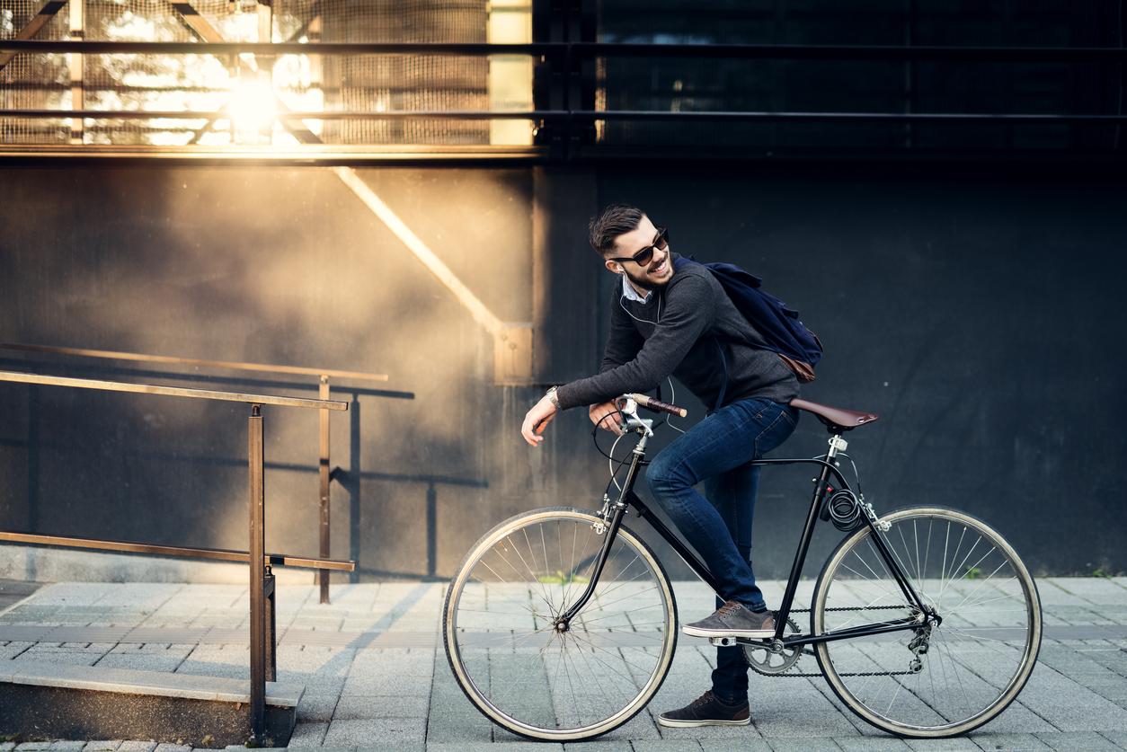 фото мужчина на велосипеде дама
